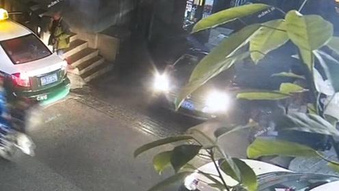 小车上陡坡时溜车 连怼数辆车后侧翻