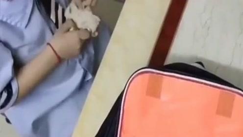 儿子怕奶嘴被发现,用纸包住,在幼儿园不好意思拿出来!这小动作也太可爱了
