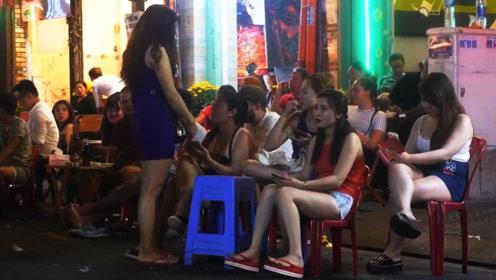 越南美女在中越边界做生意,男游客看到东西后脸红:白送也不要