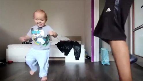小宝宝和爸爸斗舞,小短腿蹦跶起来简直帅炸了,舞蹈天赋太牛了