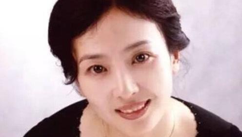 刘亦菲穿皮草大衣与母亲现身 60岁刘妈妈气质不俗