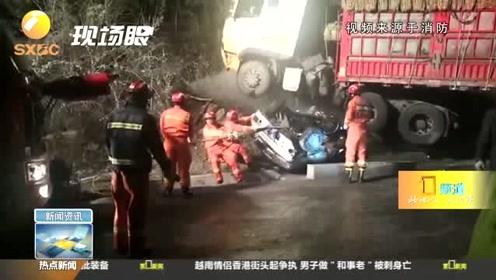 凌晨突发!路面湿滑发生车祸 面包车卷入半挂货车