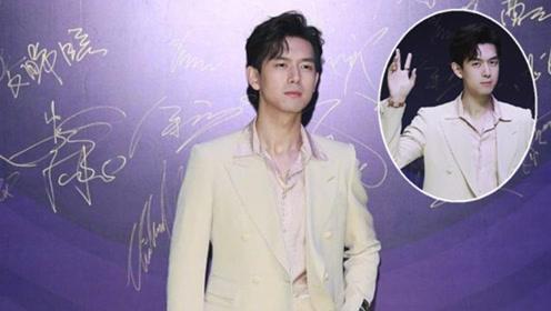 李现身穿米黄色西服套装亮相 尽显青春活力朝气与温柔气质
