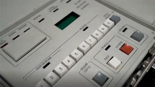 """普京贴身携带""""核手提箱""""首曝光:一排键盘输密码 发射按钮为白色"""