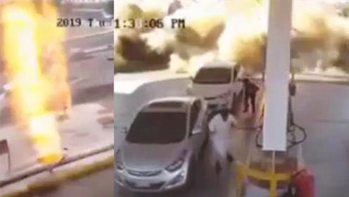 场面吓人!加油站爆炸地面瞬间被掀翻 火焰窜起数米高