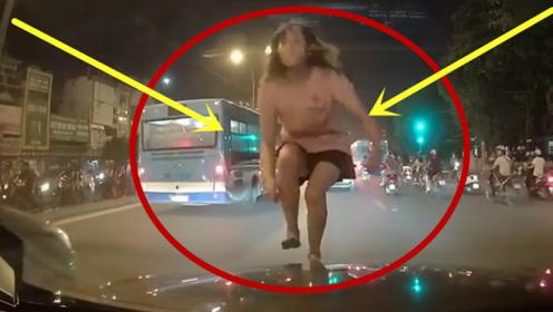 何方妖魔鬼怪?女子突然跳上引擎盖,接下来的举动更疯狂!