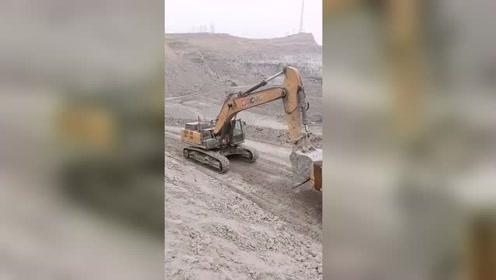 什么情况!上坡挖机还要互助