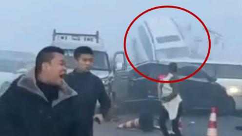 """客车""""骑""""护栏,多车挤成团!贵州高速汽车连环追尾 亲历者跑离危险区"""