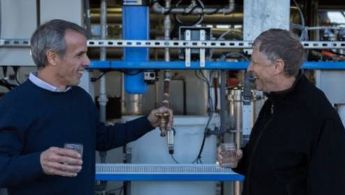 """外国推出""""无水马桶"""",比尔盖茨为其投资推广,竟当众喝下马桶水!"""