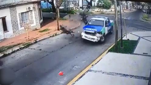 阿根廷劫匪抢劫路人后嚣张飞奔 不料下一秒突然遭遇车祸 车毁人亡