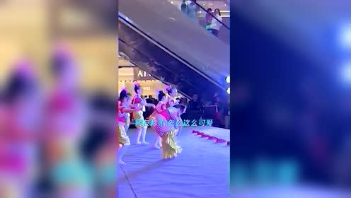 萌翻了!小女孩拿错裤子 舞台上一边跳舞一边换裤子