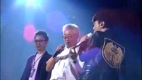 林俊杰让自己的爸爸做演唱会嘉宾,两人合唱《山丘》!听醉了!