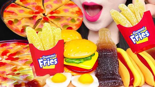 小姐姐吃流行软糖,有汉堡、热狗和披萨等,好牙口真羡慕