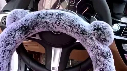 朋友借车后立刻还了回来,说我的方向盘天凉了,赶紧安了毛绒绒的小东西!