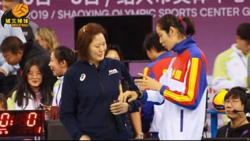 感动!朱婷因手腕伤势退出世俱杯,韩国主裁姜阿姨下场第一时间询问伤情!