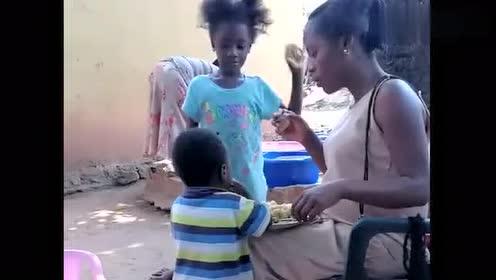 非洲孩子真能吃,吃饱了还抢上两口,生怕明天没吃的!