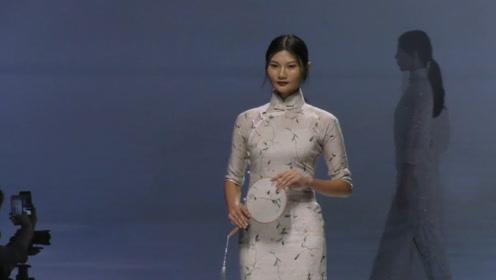 古风十足的旗袍设计,尽显美模婉约别致,甚是好看!