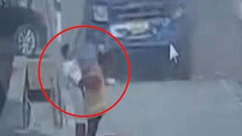 司机未系安全带撞车被甩飞险遭碾压 监控拍下可怕瞬间