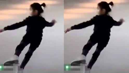 网友偶遇李小鹏夫妇带女儿滑冰,已经7岁奥莉长高了不少亭亭玉立