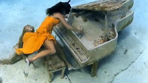 女子潜水时发现水底有一架钢琴,竟然坐上去弹了起来,这画面太唯美了!