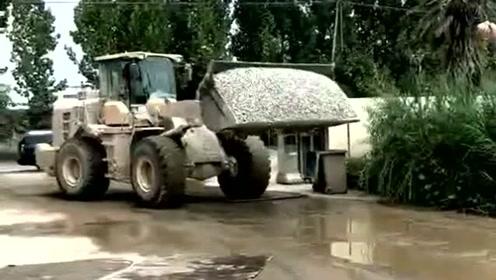 铲车司机这种水平算是什么段位的,网友:自己铺路自己走,这波操作太优秀了