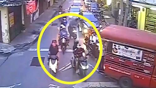 """可恨!只因夫妻俩骑车""""挡路"""",两电车男子竟对其""""一打再打"""""""