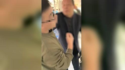 奇葩!老人打烂公交刷卡机 声称为老年人发声