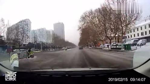 面包车掉头过来,没想到后轮失控,差点漂移