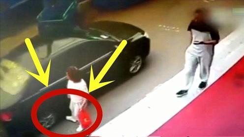 小车从这个女子身边经过,突然做出恶心举动,监控拍下荒唐全程!