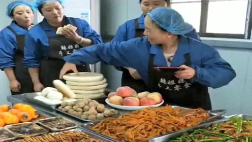 跟自助餐一样,想吃多少拿多少,这工厂的伙食未免太好了!
