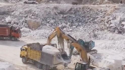 3台挖掘机合作,几十斤大石头轻松搞定吗,难怪这么贵呢!