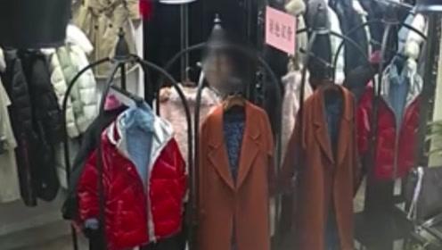 男子服装店内偷女装 监控拍下作案过程