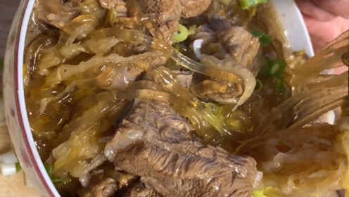 正宗的东北名菜,酸菜排骨炖粉条,太有食欲了!