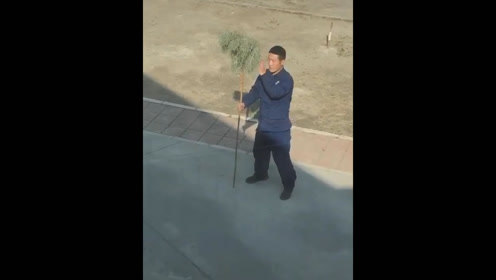 甘肃:消防员打扫卫生拿着扫把练武术,网友:这是真高手