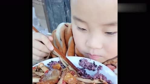 农村小孩又开吃了,这吃相够吓人的,是什么让你如此的狂野