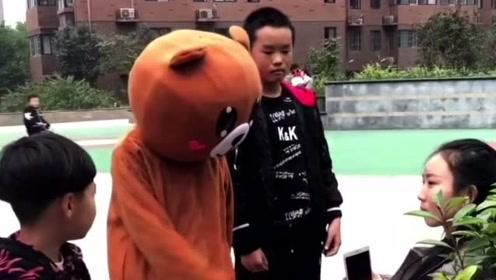 网红熊真是作死,在大街上捉弄小姐姐,这下自己也倒霉了吧