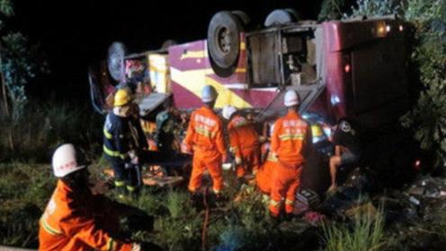 突发!湖南岳阳一载22人旅游客车翻下山谷,已造成3人死亡多人受伤