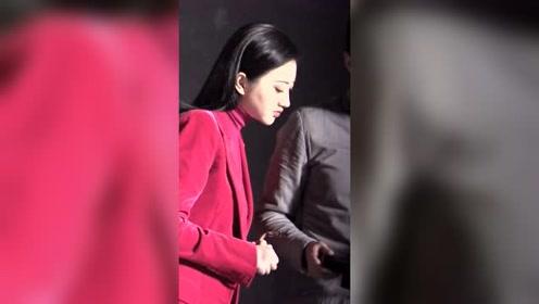 景甜最新广告造型曝光 西瓜红西装配大油头简直就是女总裁本人