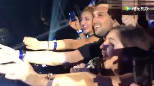碧昂斯在演唱会上把话筒递给一位女粉丝 粉丝开口声音太好听!