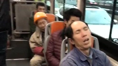 公交车上看到的一幕,农民工兄弟们真不容易,都累到睡了!