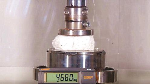 老外把面团放到液压机下,面团能承受多大重量?结果太让人意外了!