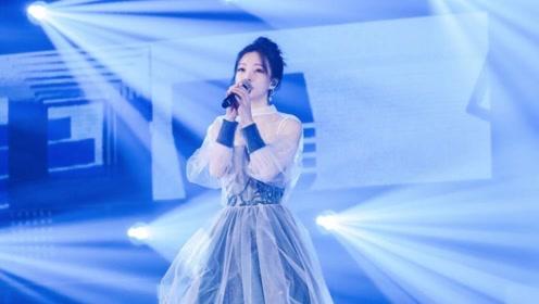 甜歌女神冯提莫再获金曲奖,性感长裙亮相盛典全场粉丝为之欢呼