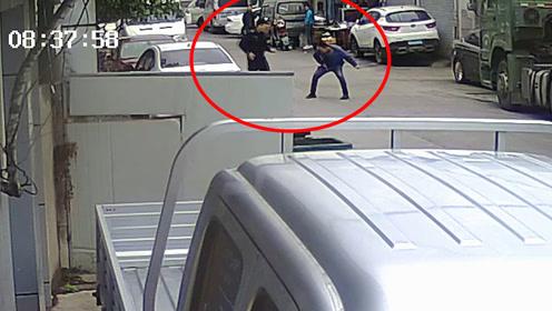 送人头!宁波90后小贼逃跑遇57岁民警,偷袭不成10秒被K.O