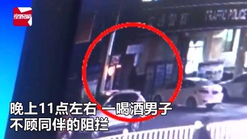 够胆!广西男子喝酒后不顾同伴阻拦,当街脚踹警局卷帘门