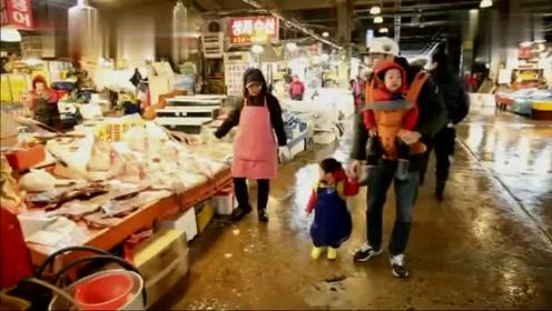 爸爸带着书言书俊去市场,书俊对各种鱼类很好奇