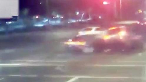 吉普车闯红灯撞向路人,危急时刻雪佛兰侧面将其撞开,救下一家人