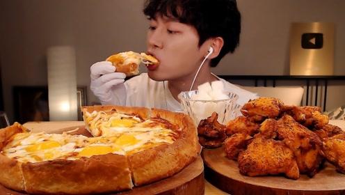 韩国小哥吃披萨,韩式炸鸡蘸着芝士,一口吃下去太过瘾了!
