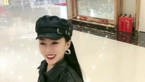 袖珍人回眸一笑,被她惊艳到了,太美了!