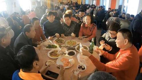 东北一家族300人聚会,大宴三天每天吃掉1头猪