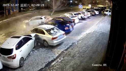 女子酒吧喝醉把车给陌生男开,撞路边6辆车后各自逃走